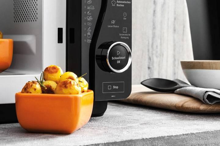 Mikrowelle reinigen, wenn Essen verbrannt ist