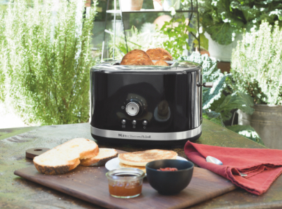 Black toaster 2 slice with bread