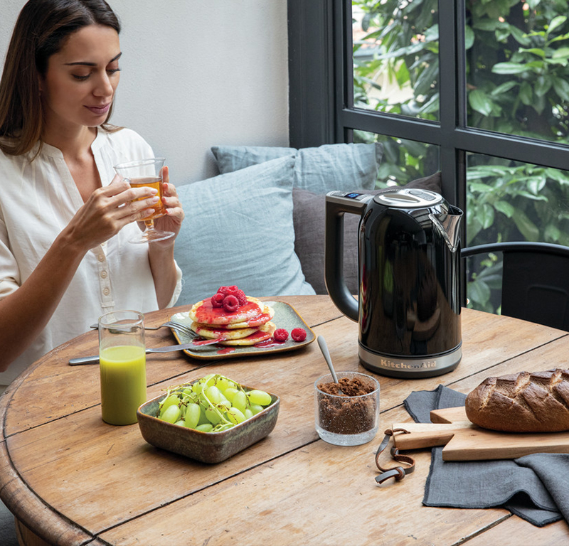 Black variable temperature kettle with raspberry pancakes