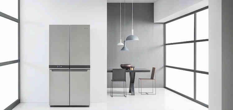 Cucina con galleria di elettrodomestici forno, microonde, forno a vapore e macchina del caffè